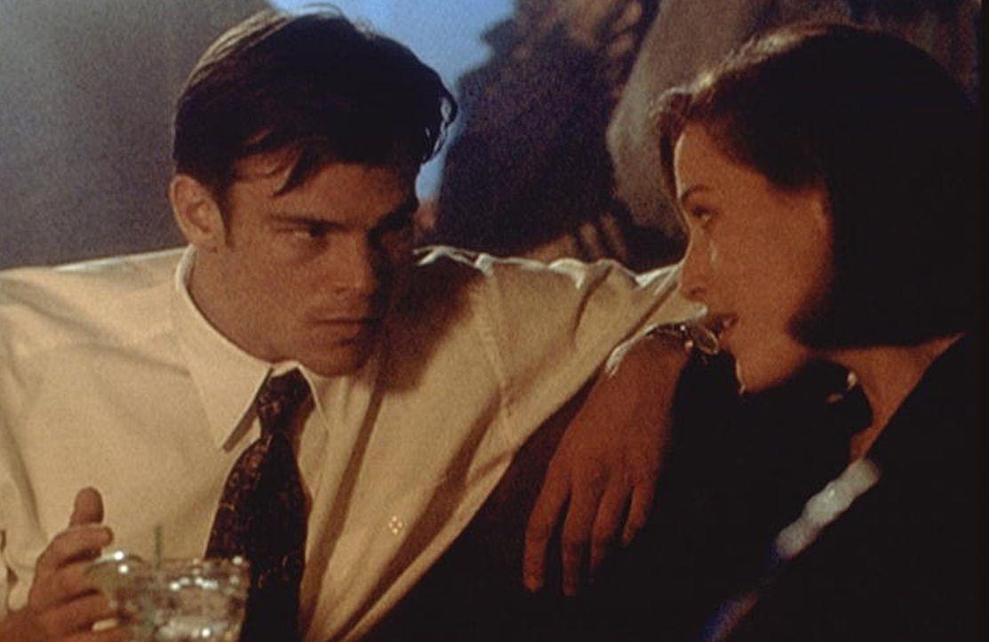 Der Broker Ed Jerse (Rodney Rowland, l.) hat Scully (Gillian Anderson, r.) in einem Tattoo-Laden angesprochen, und sie kommen sich näher. - Bildquelle: TM +   2000 Twentieth Century Fox Film Corporation. All Rights Reserved.