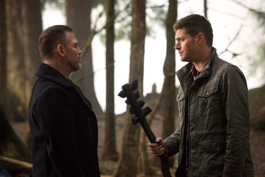 Ein unerwartetes Wiedersehen mit Benny (Ty Olsson, l.) könnte für Dean (Jensen Ackles, r.) tödlich enden - wenn Sam den Zauber nicht rechtzeitig bre... - Bildquelle: 2016 Warner Brothers