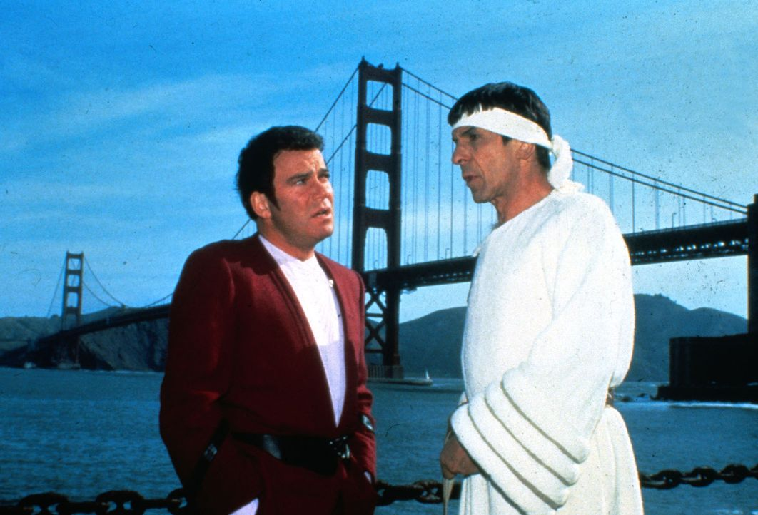 Admiral Kirk (William Shatner, l.) und Mr. Spock (Leonard Nimoy, r.) haben sich ins  20. Jahrhundert nach San Francisco zurückversetzen lassen, um B... - Bildquelle: Paramount Pictures