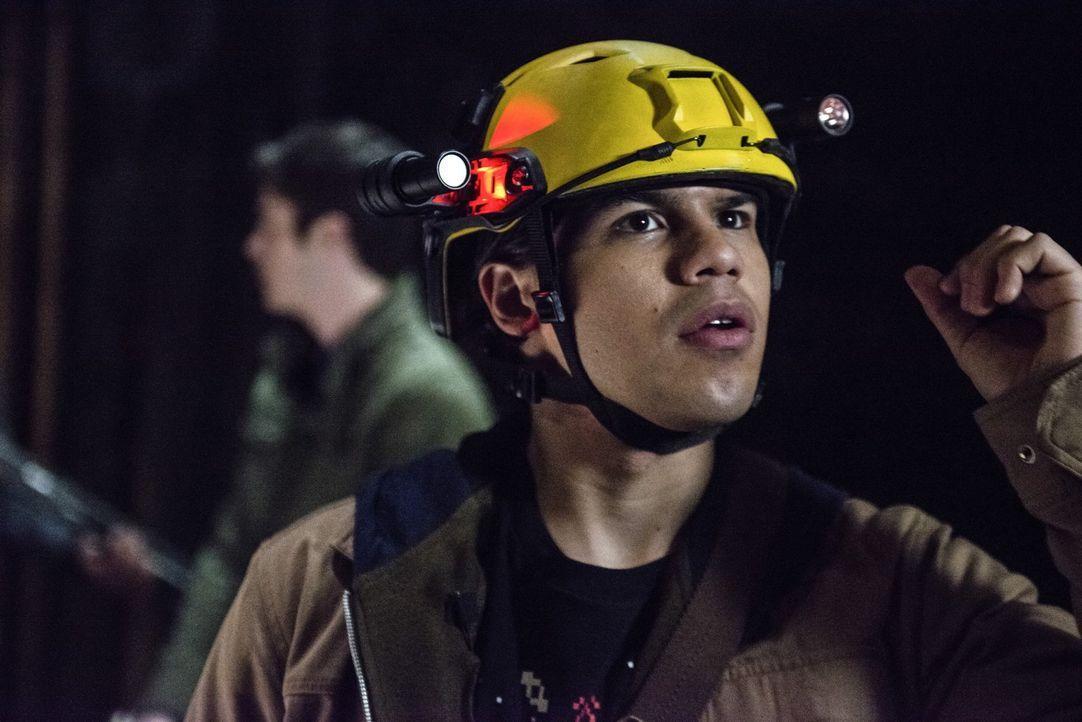 Als Cisco (Carlos Valdes) und Caitlin bewusst wird, dass das Ergebnis eines früheren Experiments die Stadt unsicher macht, müssen sie schnell handel... - Bildquelle: Warner Brothers.