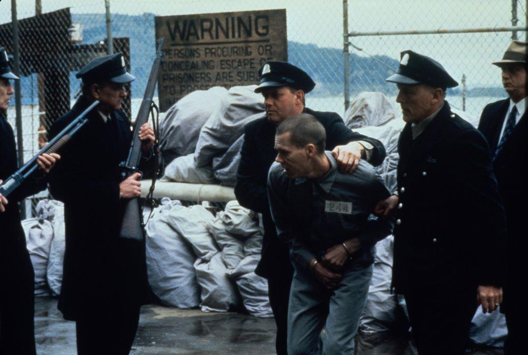 Die Methoden der Gefängnisaufseher sind brutal, davon kann der Häftling Henri Young (Kevin Bacon, vorne M.) ein Lied singen ... - Bildquelle: Warner Bros.