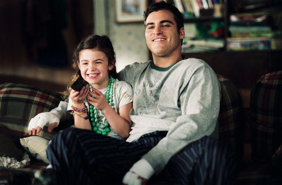 Vom tobenden Feuer umgeben, erinnert sich Jack Morrison (Joaquin Phoenix, r.) an die wunderbare Zeit, die er mit seiner Tochter Katie (Brooke Hamlin... - Bildquelle: Buena Vista International.  All Rights Reserved