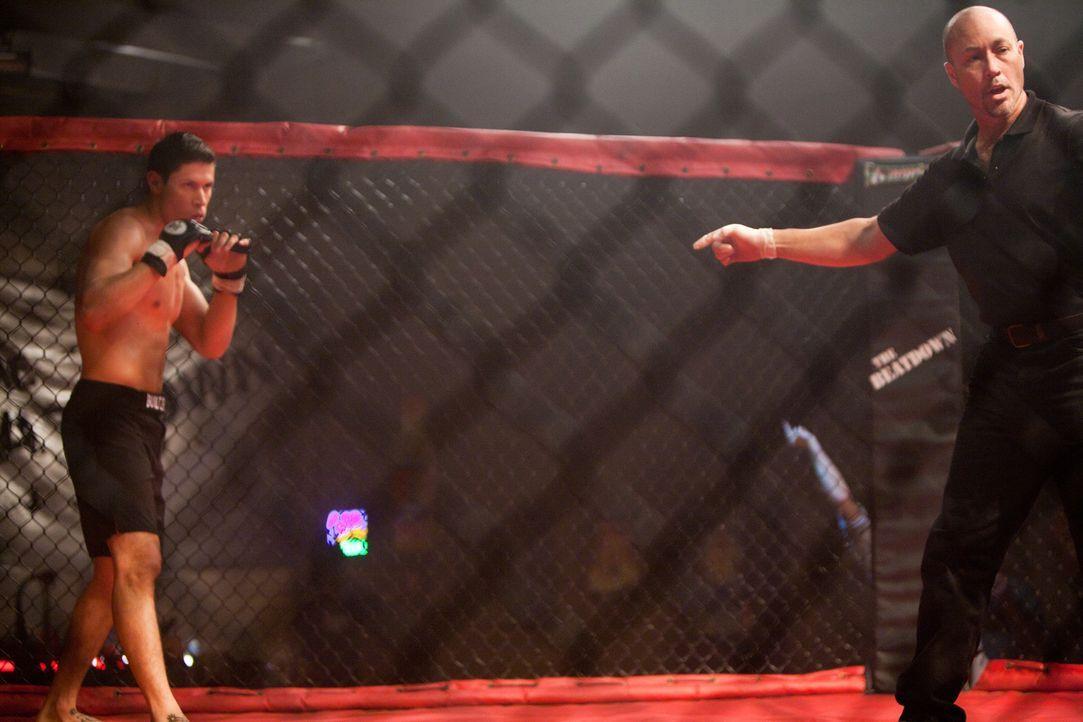 Der junge Boxer Zack Gomes (Alex Meraz, l.) hat ein großes Problem mit einer Netzhautablösung auf einem Auge, deshalb rät sein Arzt ihm von weiteren... - Bildquelle: Alicia Gbur 2011 Sony Pictures Worldwide Acquisitions Inc. All Rights Reserved.