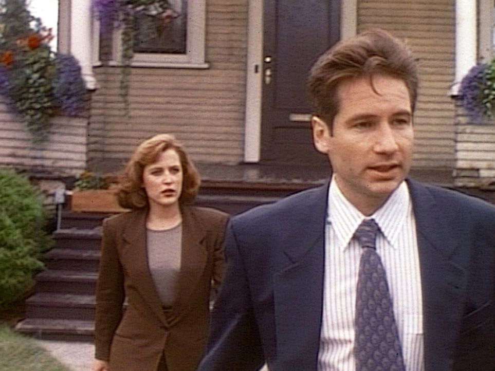 Die FBI-Agentin Scully (Gillian Anderson, l.) und der FBI-Agent Fox Mulder (David Duchovny, r.) wundern sich, dass der vermisste Testpilot plötzlich... - Bildquelle: TM +   2000 Twentieth Century Fox Film Corporation. All Rights Reserved.