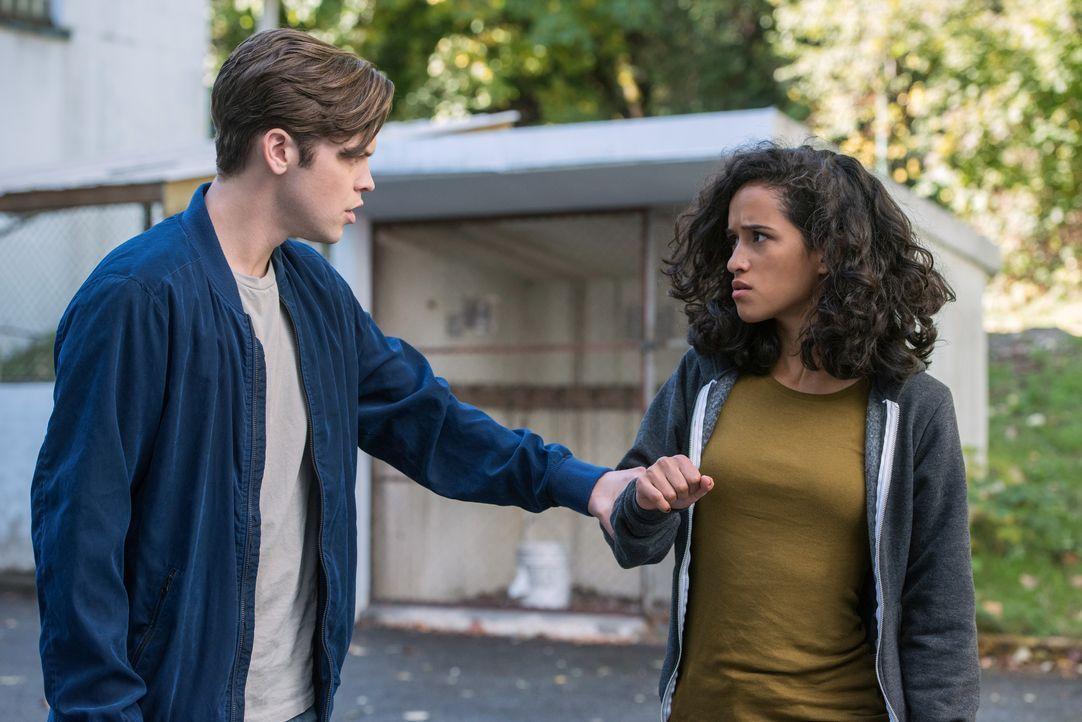 Jack (Alexander Calvert, l.); Kaia Nieves (Yadira Guevara-Prip, r.) - Bildquelle: Dean Buscher 2017 The CW Network, LLC. All Rights Reserved / Dean Buscher