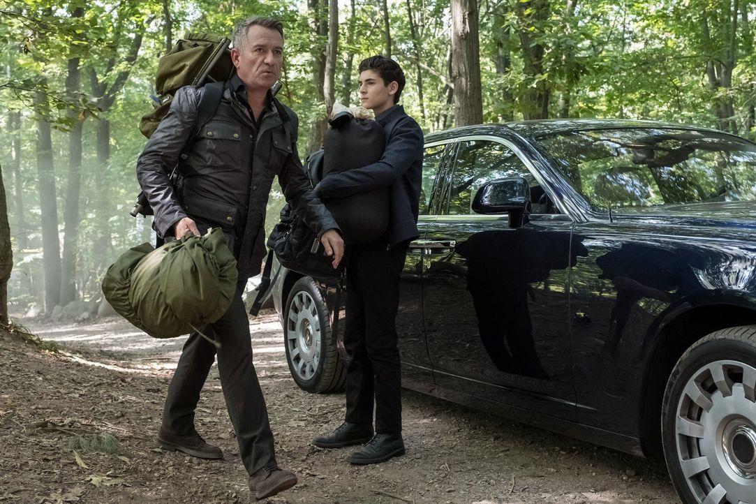 Als Alfred (Sean Pertwee, l.) die neue Feier-Vorliebe von Bruce (David Mazouz, r.) zu viel wird, trifft er eine Entscheidung, die dem jungen Mann ga... - Bildquelle: 2017 Warner Bros.