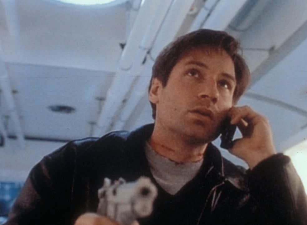 Mulder (David Duchovny) erfährt am Telefon von seiner Kollegin spannende Einzelheiten über den regierungseigenen Eisenbahnwaggon. - Bildquelle: TM +   2000 Twentieth Century Fox Film Corporation. All Rights Reserved.