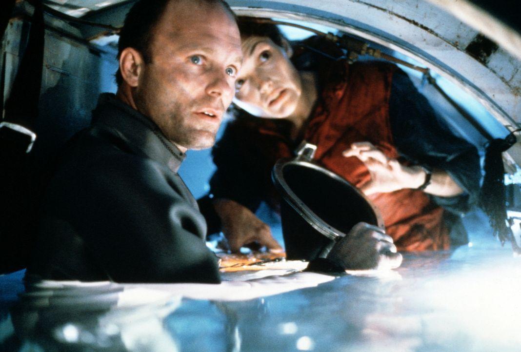 """Ingenieurin Lindsey (Mary Elizabeth Mastrantonio, r.) und Brigman (Ed Harris, l.) kämpfen auf der """"Deepcore"""" ums Überleben ... - Bildquelle: 20th Century Fox"""