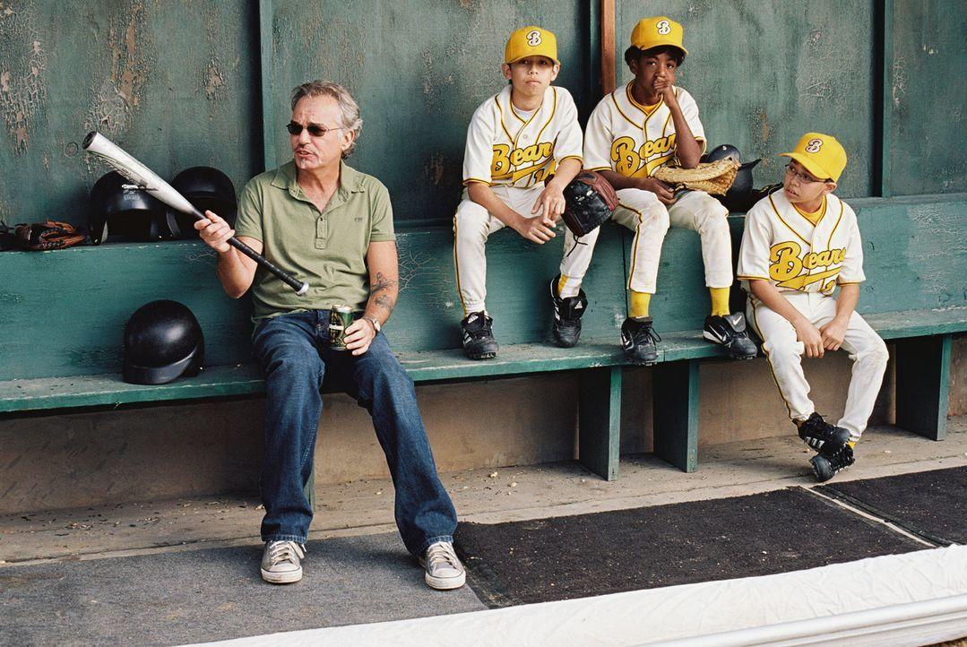 """Der ehemalige Baseball-Profi Morris Buttermaker (Billy Bob Thornton, l.) übernimmt den Job als Coach der """"Bears"""" nur, weil er enorme Geldsorgen hat!... - Bildquelle: TM &   Paramount Pictures. All Rights Reserved."""