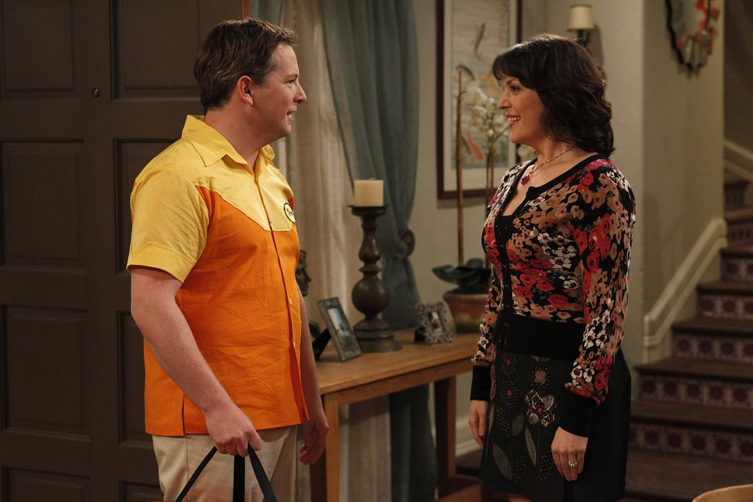 Charlie trifft sich weiter mit Rose (Melanie Lynskey, r.), denn er weiß nicht, dass Rose' angeblicher Ehemann Manfred nur eine Schaufensterpuppe ist... - Bildquelle: Warner Brothers Entertainment Inc.