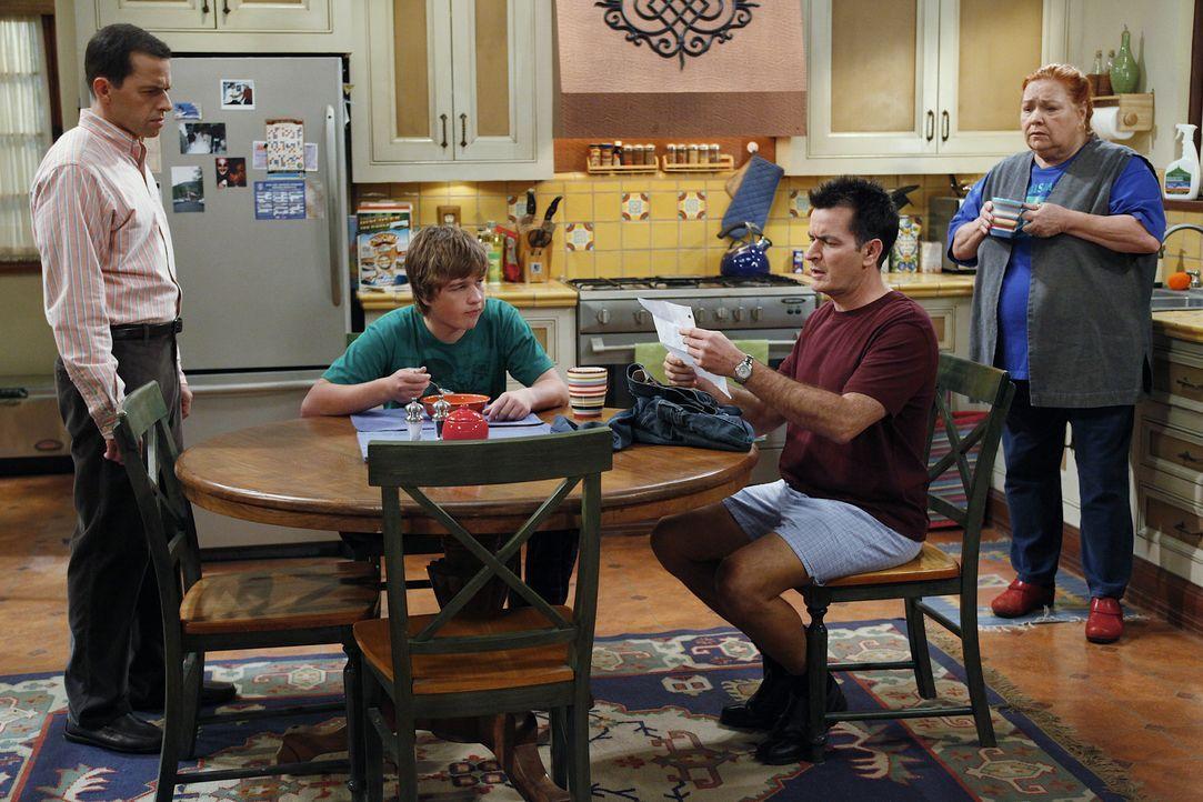 Während sich Alan (Jon Cryer, l.) große Sorgen darüber macht, dass zwei Mädchen bei Jake (Angus T. Jones, 2.v.l.) übernachtet haben, hat Berta (Conc... - Bildquelle: Warner Bros. Television