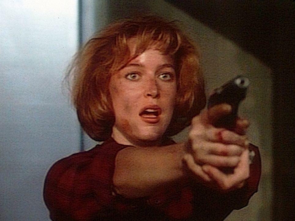 Die FBI-Agentin Dana Scully (Gillian Anderson) fordert, dass der mordende Computer durch einen Virus außer Kraft gesetzt wird. - Bildquelle: TM +   Twentieth Century Fox Film Corporation. All Rights Reserved.