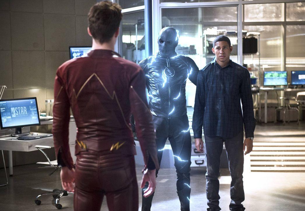 Eigentlich glaubte Barry alias The Flash (Grant Gustin, l.), Zoom (Teddy Sears, M.) endlich besiegen zu können, doch dann ist plötzlich Wallys (Keiy... - Bildquelle: Warner Bros. Entertainment, Inc.