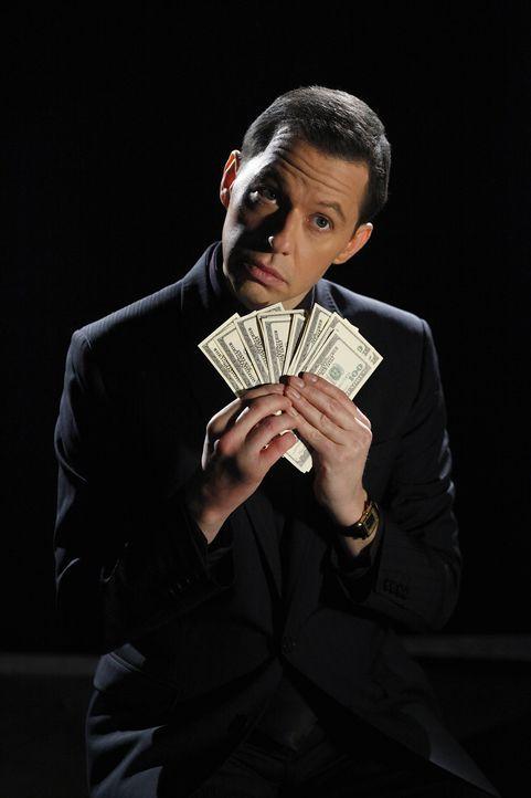 Hat ein schlechtes Gewissen, weil er seine Familie mit Hilfe eines Schneeballsystems um viel Geld betrogen hat: Alan (Jon Cryer) ... - Bildquelle: Warner Bros. Television