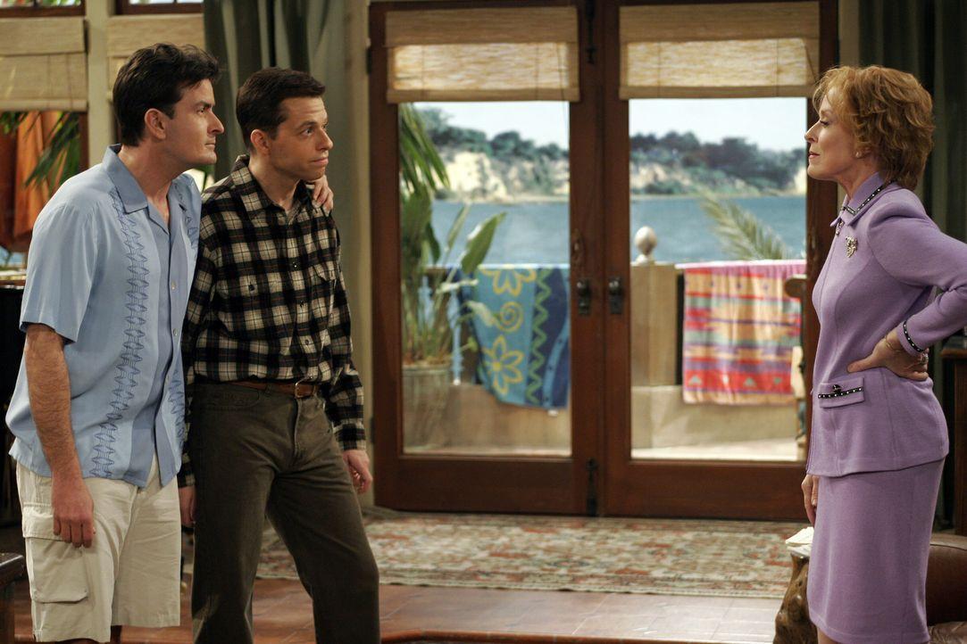 Als Alans Mutter seine Erziehungsmethoden kritisiert, wird sie von ihren Söhnen (Charlie Sheen l. und Jon Cryer, M.) prompt aus dem Haus geworfen. E... - Bildquelle: Warner Brothers Entertainment Inc.