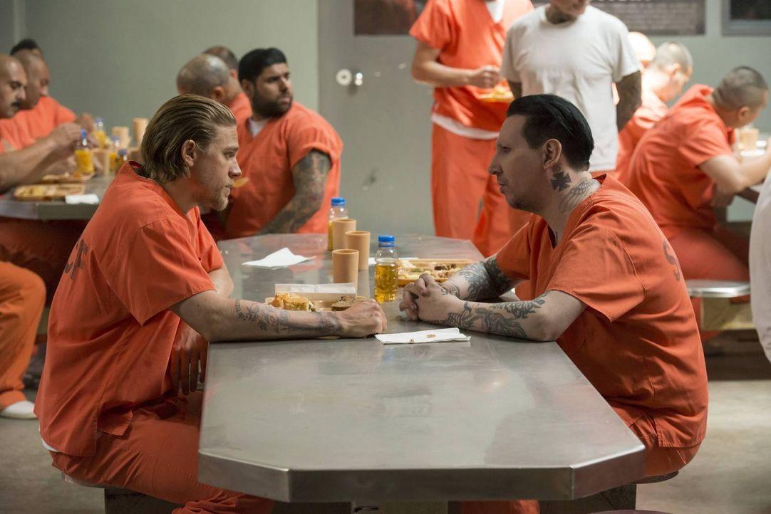 Die Regeln im Knast kennt Jax (Charlie Hunnam, l.): Nur durch eine bewiesene Gewalttat lässt der hochrangige Tally (Marilyn Manson, r.) ein Gespräch... - Bildquelle: Prashant Gupta 2013 Twentieth Century Fox Film Corporation and Bluebush Productions, LLC. All rights reserved.