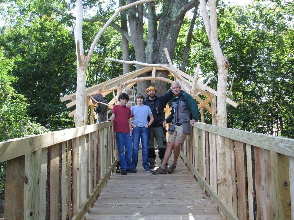 Die Treehouse Guys Ka-V (2.v.r.) und B'fer (r.) haben jahrelang Möbel gebaut, bis sie sich 2000 auf Baumhäuser spezialisiert haben. Gemeinsam mit ih... - Bildquelle: 2016, DIY Network/Scripps Networks, LLC. All Rights Reserved.
