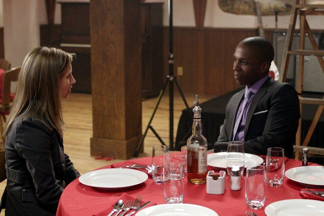 Was haben Becky (Emily Perkins, l.) und Guy (Leslie Odom Jr., r.) nur vor? - Bildquelle: Warner Bros. Television
