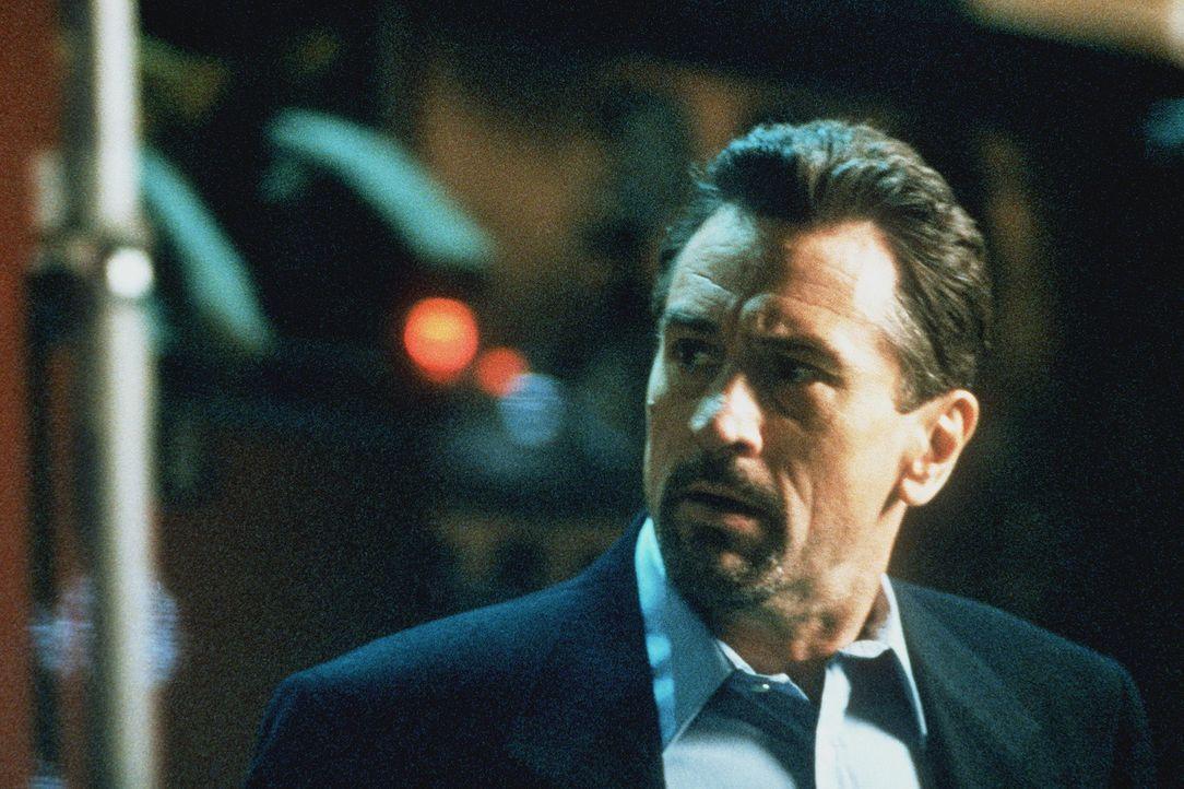 McCauley (Robert De Niro) lernt die sympathische Eady kennen und lieben. Doch weiß er, dass sich eine feste Beziehung nicht mit seinem mörderischen... - Bildquelle: Warner Bros.