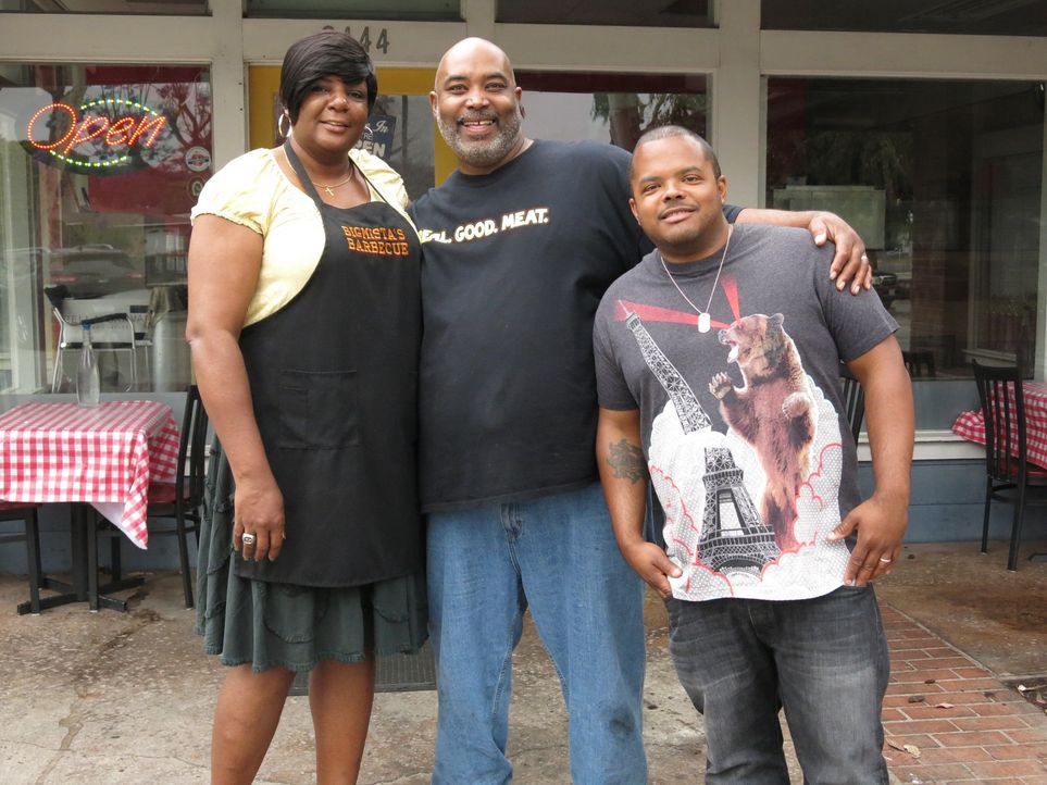 "In Long Beach darf Roger Mooking (r.) Phyllis (l.) und Neil Strawder (M.) im ""Bigmista's Barbecue & Sammich Shop"" über die Schulter schauen, wenn si... - Bildquelle: 2015,Cooking Channel, LLC. All Rights Reserved."