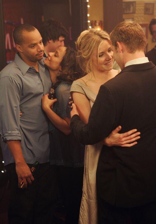 Zwei glückliche Paare: Turk (Donald Faison, l.), Carla (Judy Reyes, 2.v.l.), Elliot (Sarah Chalke, 2.v.l.) und Keith (Travis Schuldt, l.) ... - Bildquelle: Touchstone Television