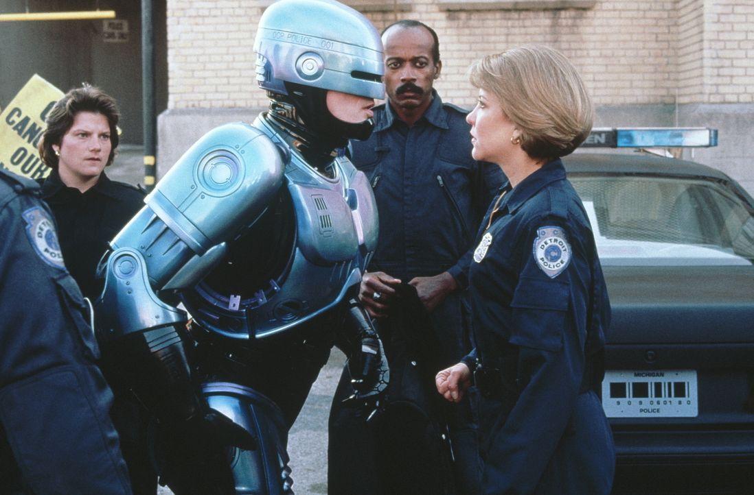 Das Nachfolgemodell entpuppt sich als kompromissloser Robocop (Peter Weller, l.). Schon bald zeigt sich, dass seine Kollegin Anne (Nancy Allen, r.)... - Bildquelle: Orion Pictures Corp.