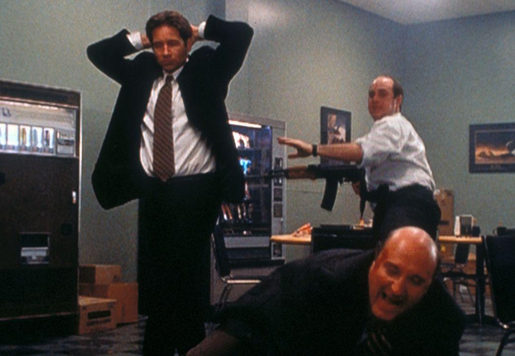 Gary Lambert (Brian Markinson, hinten) hat seinen Chef Greg Pinkus (John Apicella, r.) und Mulder (David Duchovny, l.) als Geiseln genommen, damit e... - Bildquelle: TM +   2000 Twentieth Century Fox Film Corporation. All Rights Reserved.