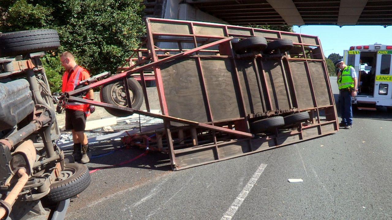 Die Polizei kümmert sich um zwei Streithähne, die von der Fahrbahn abgekomme... - Bildquelle: Greenstone