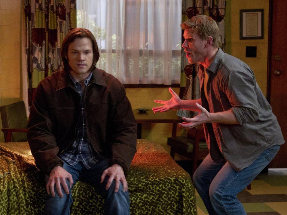 Während die Brüder in einem neuen Fall ermitteln, erscheint Sam (Jared Padalecki, l.) Lucifer (Mark Pellegrino, r.), der ihm klar macht, dass er ihn... - Bildquelle: Warner Bros. Television