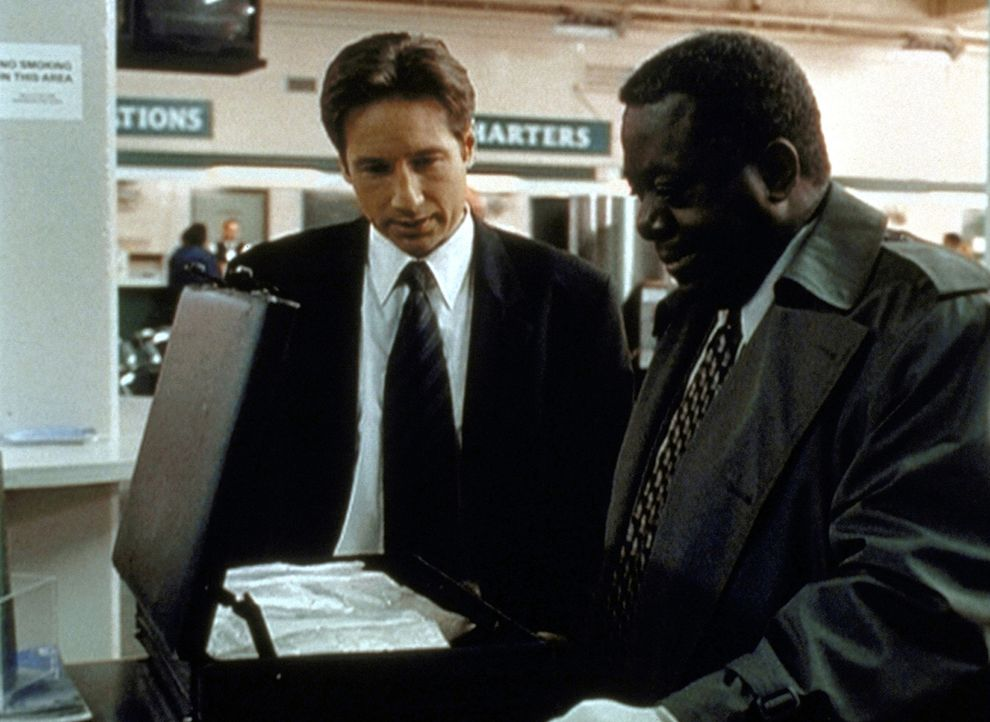 Für Detektive Pennock (Blu Mankuma, r.) ist das in einem Schließfach gefundene Rauschgift der letzte Beweis. Mulder (David Duchovny, l.) ist da eher... - Bildquelle: TM +   2000 Twentieth Century Fox Film Corporation. All Rights Reserved.