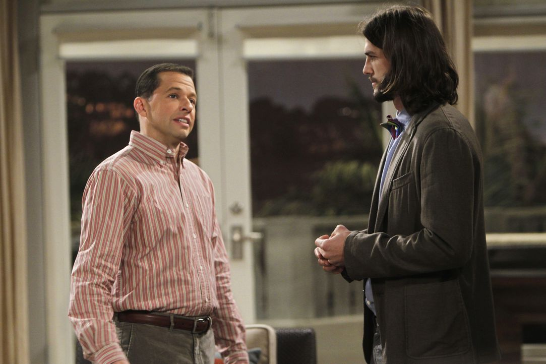 Während sich Walden (Ashton Kutcher, r.) auf sein Date mit Zoey vorbereitet, versucht Alan (Jon Cryer, l.), beim Pfandleiher an Geld zu kommen ... - Bildquelle: Warner Brothers Entertainment Inc.