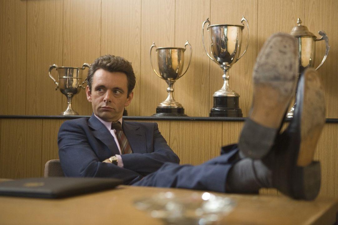 Die ständigen Unstimmigkeiten mit dem Derby County Management und die Streitereien mit seinem durchaus wichtigen Assistenztrainer Peter sorgen dafür... - Bildquelle: Sony Pictures Television Inc. All Rights Reserved.