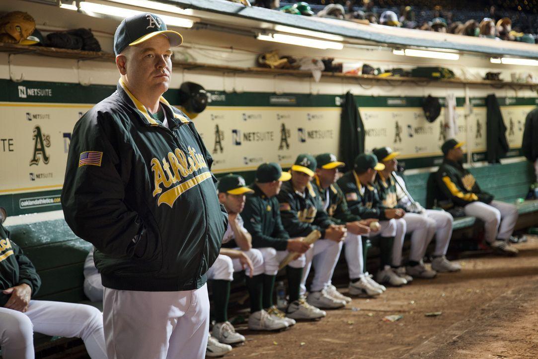 Field Manager (Philip Seymour Hoffman) weigert sich beharrlich, mit Billy Beane und seinen Neueinkäufen zu kooperieren, bis ihm der Manager scheinba... - Bildquelle: 2011 Columbia TriStar Marketing Group, Inc.  All rights reserved.