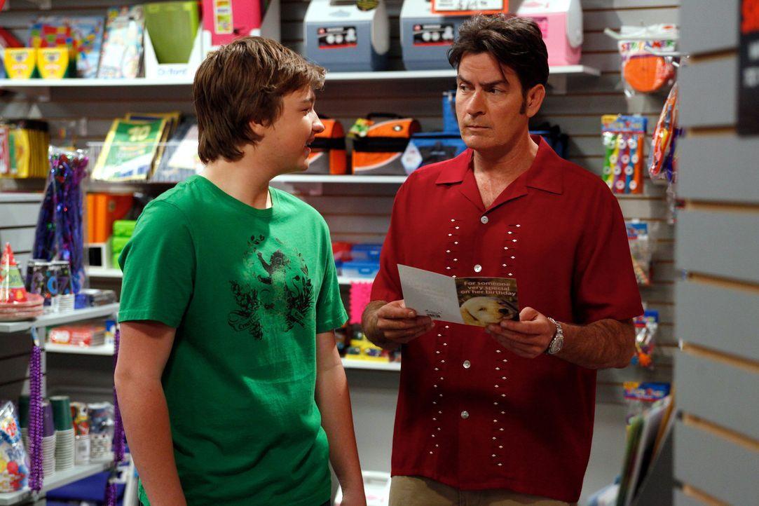 Das wird kein gutes Ende nehmen: Charlie (Charlie Sheen, r.) und Jake (Angus T. Jones, l.) ... - Bildquelle: Warner Brothers