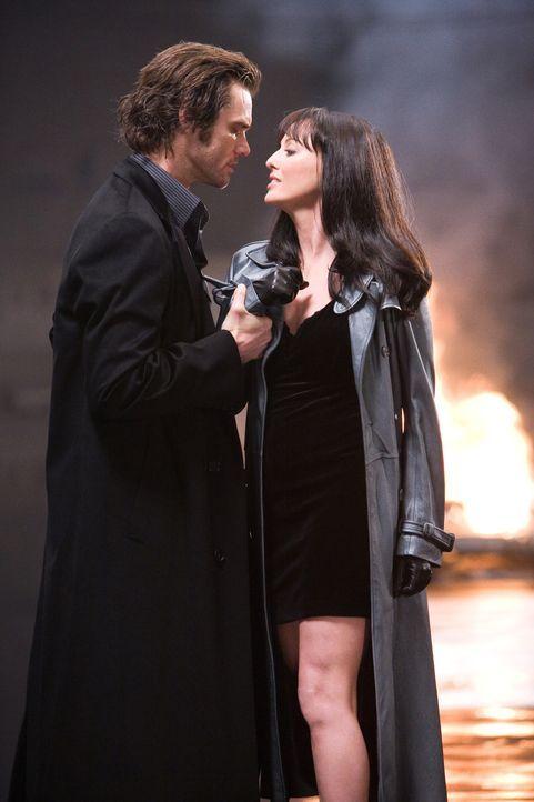Schon bald ist Walter genauso besessen wie die Romanfigur Fingerling (Jim Carrey, l.) von der Zahl 23. Er ahnt jedoch nicht, welche Rolle die betöre... - Bildquelle: 2007 Warner Brothers