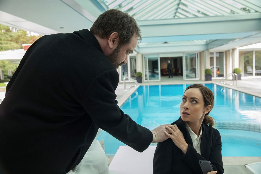 Crowley (Mark Sheppard, l.); Kelly Kline (Courtney Ford, r.) - Bildquelle: Robert Falconer 2016 The CW Network, LLC. All Rights Reserved/Jack Rowand