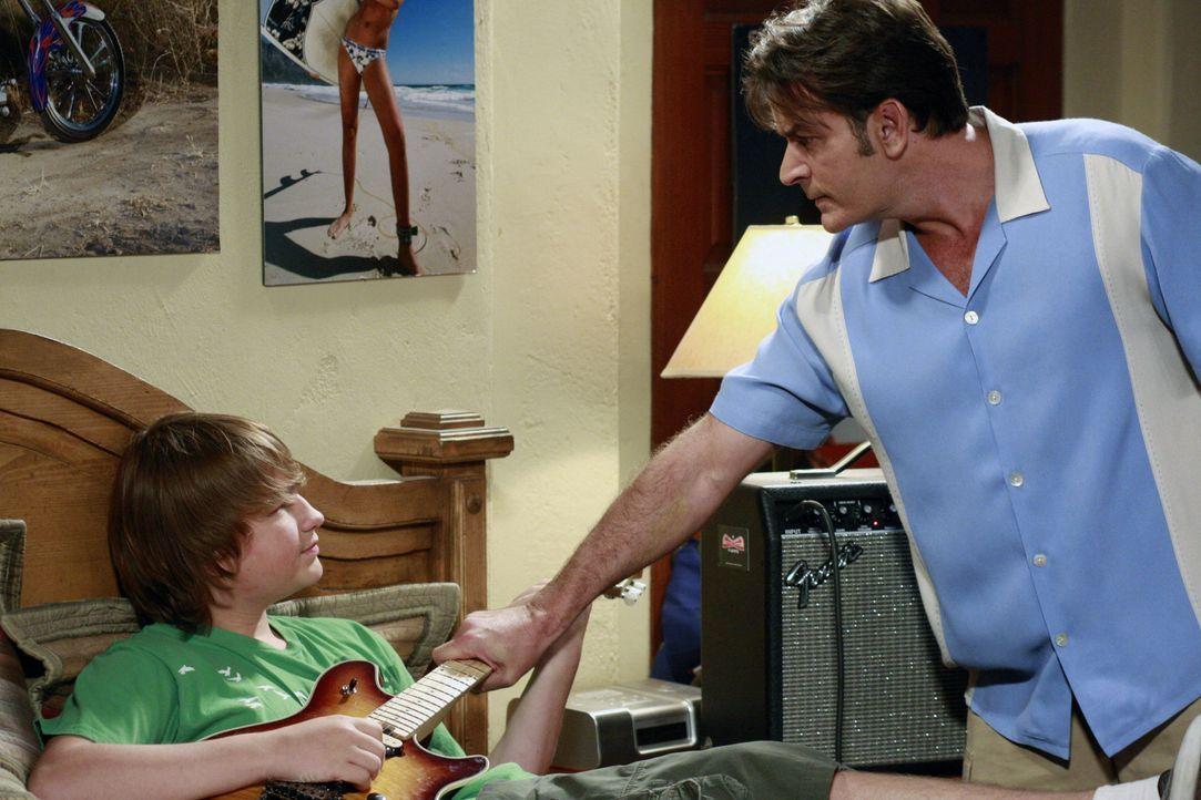 Jake (Angus T. Jones, l.) ist so unhöflich zu Chelsea, dass Charlie (Charlie Sheen, r.) von ihm verlangt, sich mit seiner Verlobten auszusprechen. M... - Bildquelle: Warner Bros. Television