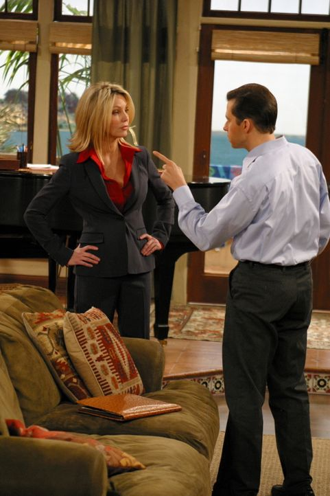 Alan (Jon Cryer, r.) hat die superteure Scheidungsanwältin Laura (Heather Locklear, l.) engagiert, um sich gegen die Forderungen seiner Noch-Frau Ju... - Bildquelle: Warner Brothers Entertainment Inc.
