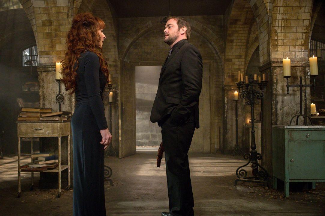Wie wird Crowley (Mark Sheppard, r.) reagieren, als ihm Rowena (Ruth Connell, l.) vorschreiben will, wie er mit den Winchester Brüdern umgehen soll? - Bildquelle: 2016 Warner Brothers