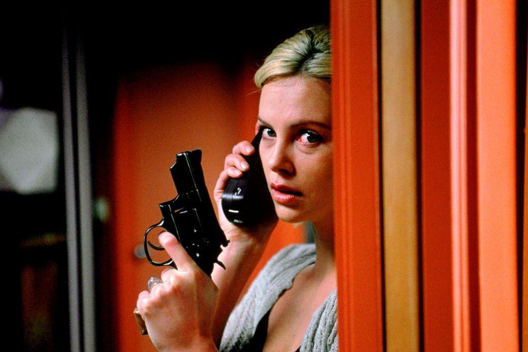 Geht es hier wirklich nur um Geld? Karen (Charlize Theron) und Will beginnen zu glauben, dass diesem Verbrechen andere Motive zu Grunde liegen ... - Bildquelle: Senator Film