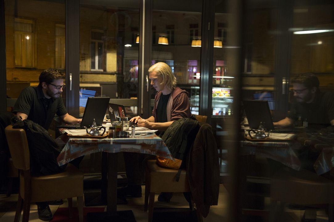 """Über Nacht werden Daniel (Daniel Brühl, l.) und Julian (Benedict Cumberbatch, r.) durch ihre Website """"WikiLeaks"""" zu weltbekannten Aktivisten. Doch b... - Bildquelle: 2013 - DreamWorks II Distribution Co., LLC. All Rights Reserved."""