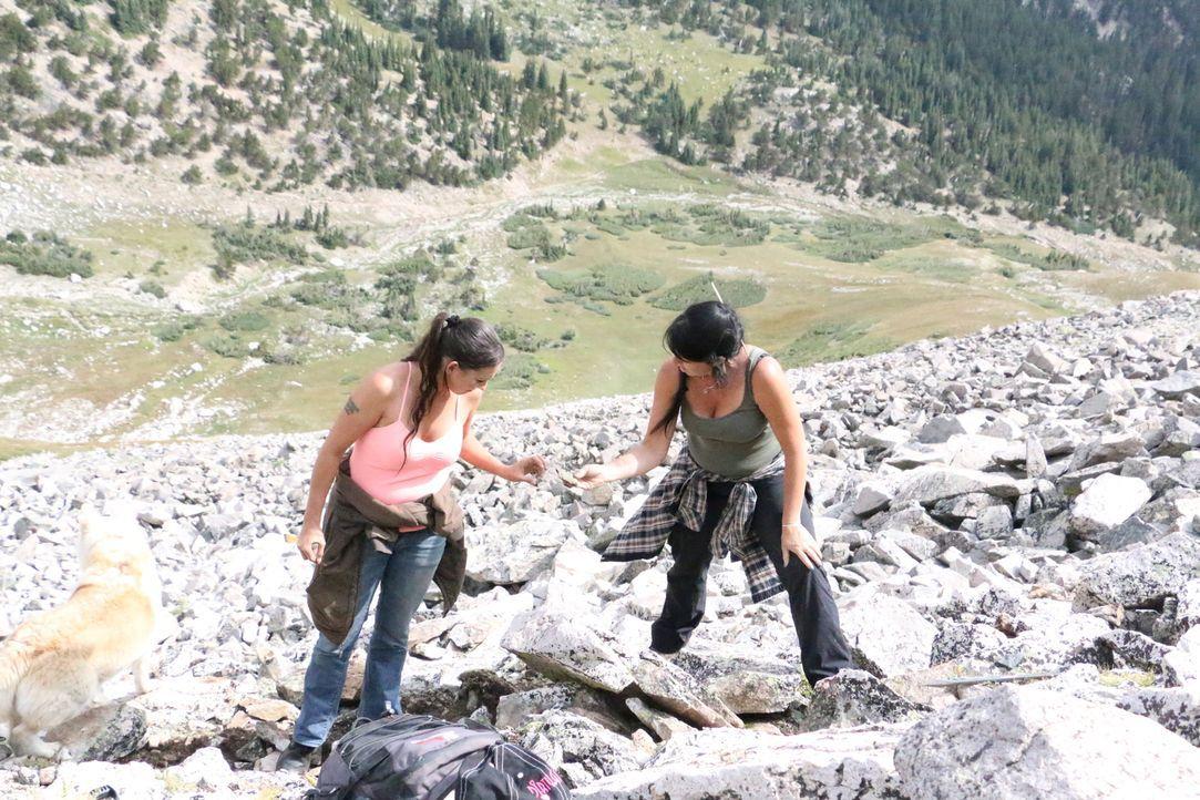 Amanda (l.) und Jessica (r.) begeben sich das erste Mal in die Hochlagen des Mount Whites auf die Suche nach Edelsteine und kommen schnell an ihre k... - Bildquelle: High Noon Entertainment, 2015