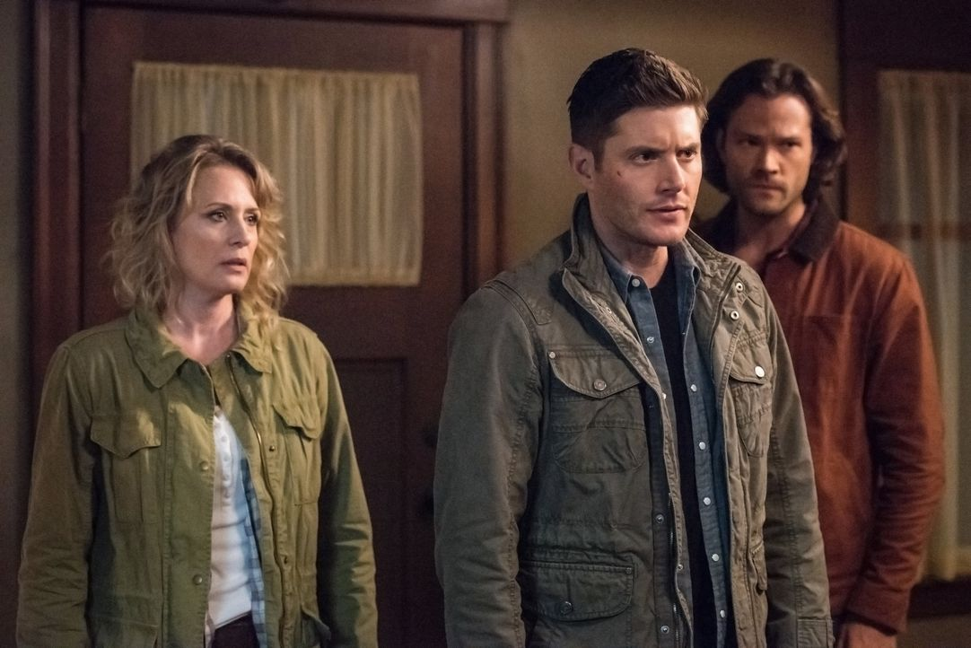 (v.l.n.r.) Mary Winchester (Samantha Smith); Dean Winchester (Jensen Ackles); Sam Winchester (Jared Padalecki) - Bildquelle: Jack Rowand 2016 The CW Network, LLC. All Rights Reserved / Jack Rowand