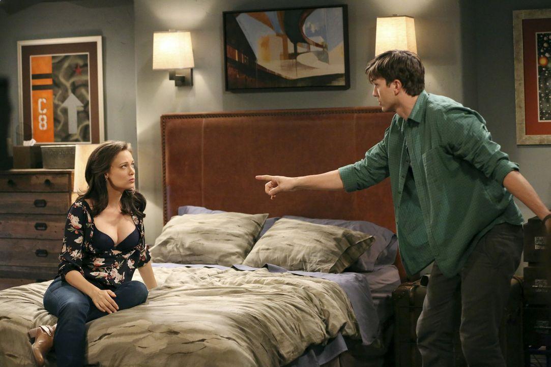 Haben ein Problem, intim zu werden, da Louis im Haus ist: Walden (Ashton Kutcher, r.) und Laurel (Deanna Russo, l.) ... - Bildquelle: Warner Brothers Entertainment Inc.
