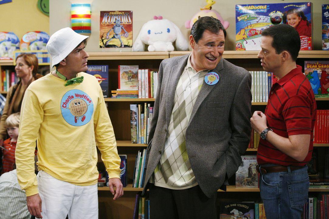 Alans (Jon Cryer, r.) heimliche Hoffnung, dass Charlie (Charlie Sheen, l.) scheitern möge, scheint sich zu erfüllen, als Charlie von seinem Produzen... - Bildquelle: Warner Brothers Entertainment Inc.