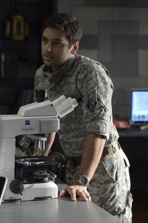 Warum hat Major Balleseros (Mark Ghanimé) die Satellitenschüssel in die Luft gesprengt? - Bildquelle: 2014 Sony Pictures Television Inc. All Rights Reserved.