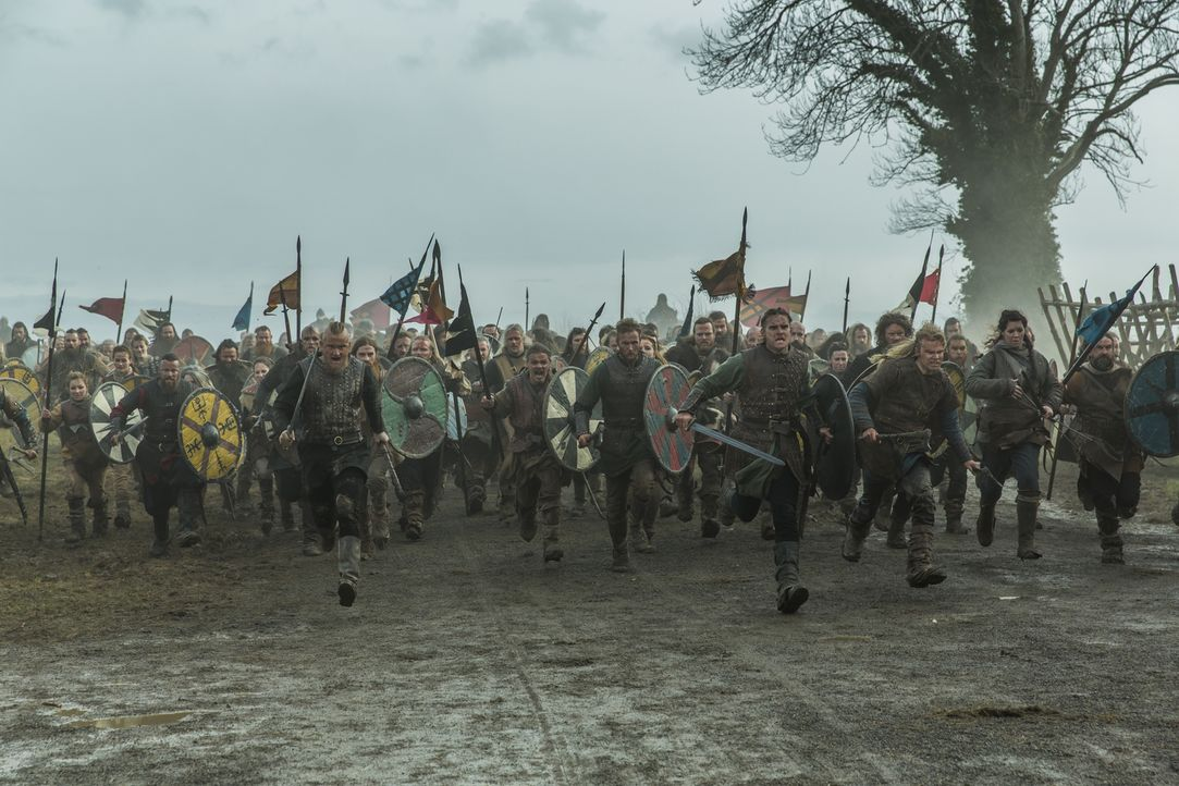 Ziehen in die Schlacht, um Rache an König Egbert und seinem Sohn Aethelwulf zu nehmen: Ragnars Söhne Bjorn (Alexander Ludwig, vorne l.), Übbe (Jorda... - Bildquelle: 2016 TM PRODUCTIONS LIMITED / T5 VIKINGS III PRODUCTIONS INC. ALL RIGHTS RESERVED.