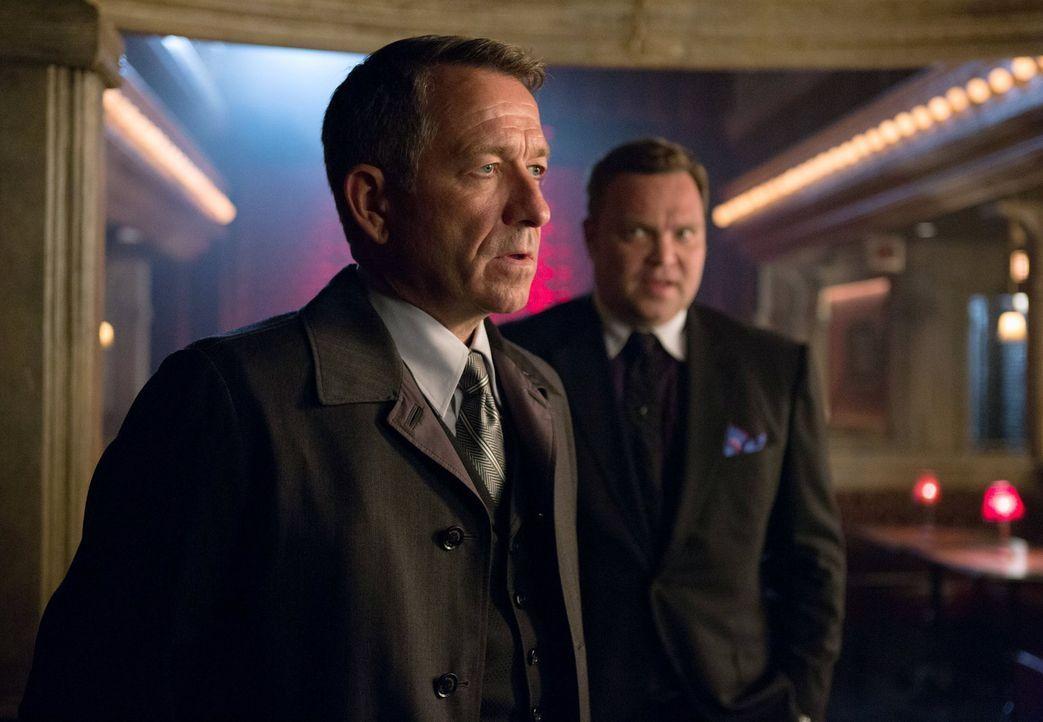 Nachdem Bruce verschwunden ist, da Auftragskiller hinter ihm und Selina her sind, macht sich Alfred (Sean Pertwee, l.) gemeinsam mit der Polizei auf... - Bildquelle: Warner Bros. Entertainment, Inc.