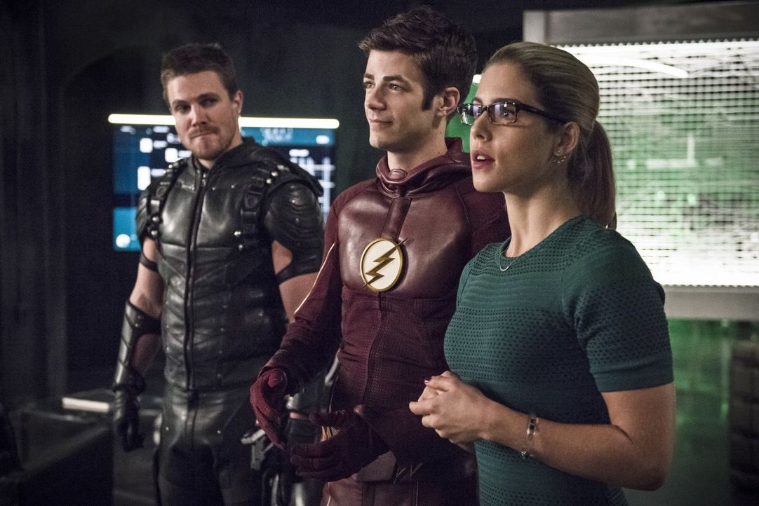 Während Oliver alias Green Arrow (Stephen Amell, l.), Barry alias The Flash (Grant Gustin, M.) und Felicity (Emily Bett Rickard, r.) in Star City na... - Bildquelle: 2015 Warner Brothers.