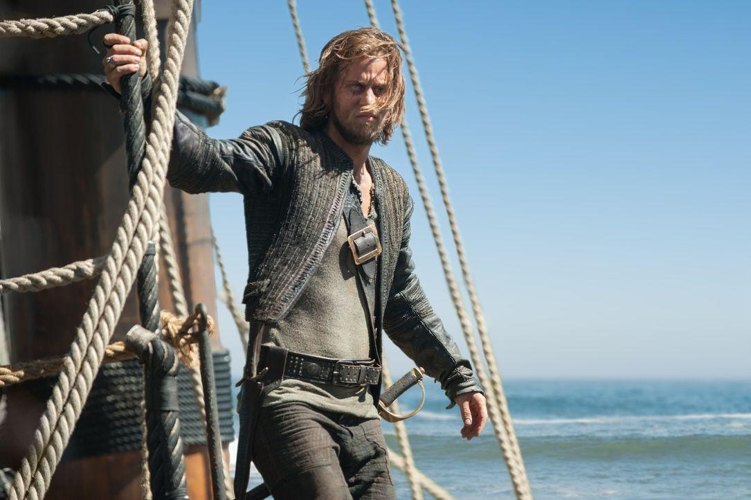 Durch einen Tipp erfährt Ned Low (Tadhg Murphy) von einem reich beladenen Schiff und beschließt, es mit seiner Piratencrew zu kapern. - Bildquelle: David Bloomer 2015 Starz Entertainment LLC, All rights reserved.